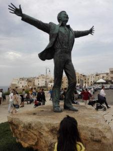 La statua dedicata a Modugno, suo paese natìo a Polignano